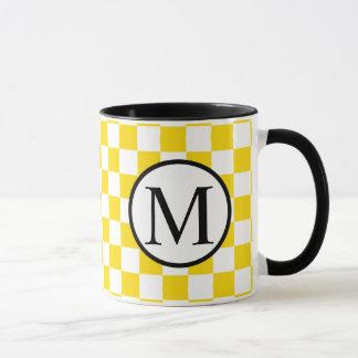 Caneca Monograma simples com tabuleiro de damas amarelo