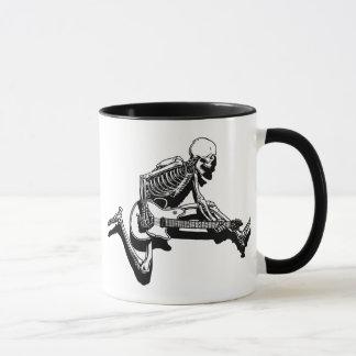 Caneca O guitarrista de esqueleto salta