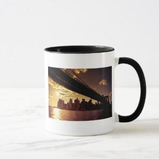 Caneca Ponte de Brooklyn com arranha-céus da Nova Iorque