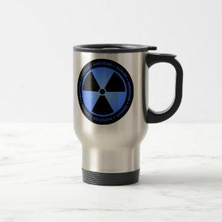 Caneca preta & azul do símbolo da radiação com