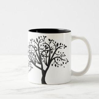 Caneca simples da silhueta da árvore
