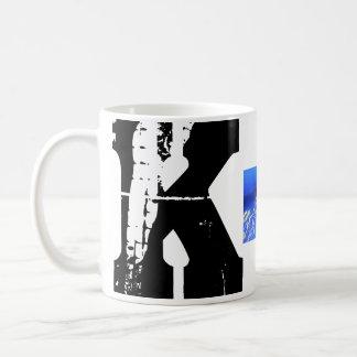 Caneca tipográfica do Grunge do monograma de K