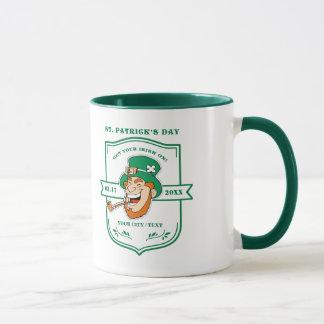 Canecas do dia de St Patrick do design do crachá