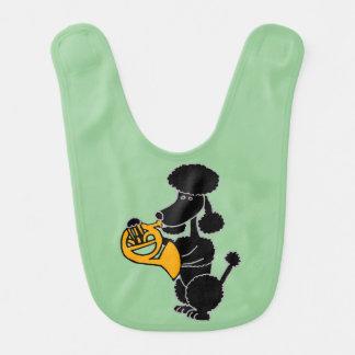 Caniche preta engraçada que joga a trompa francesa babadores para bebes