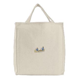 Canoa com pessoas bolsas para compras