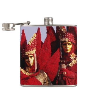 Cantil Casal bonito em trajes vermelhos do carnaval
