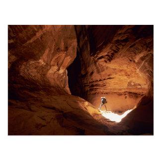 Canyoneer iluminou nas profundidades de um cartão postal
