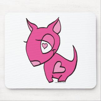 cão cor-de-rosa com coração mouse pads