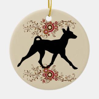Cão de Basenji & enfeites de natal florais