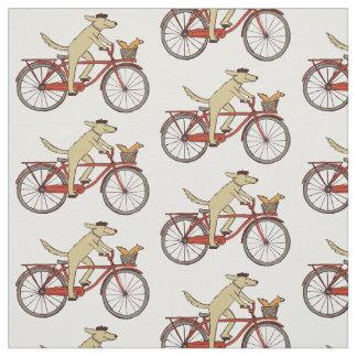 Cão do ciclismo com esquilo tecido
