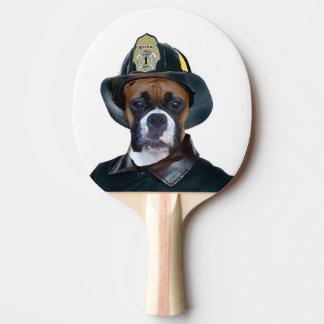 Cão do pugilista do bombeiro raquete de ping pong