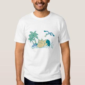 Cão no camiseta e nos presentes da praia