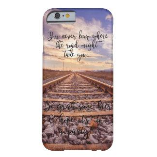 Capa Barely There Para iPhone 6 Provérbio engraçado à moda em um fundo da trilha