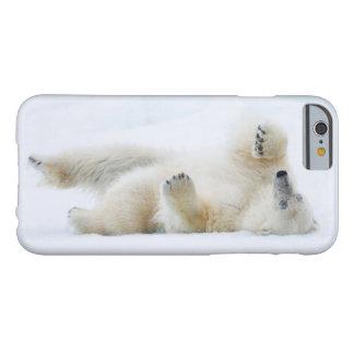 Capa Barely There Para iPhone 6 Rolamento do urso polar na neve, Noruega
