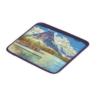 Capa De MacBook Um barco de turista em um lago