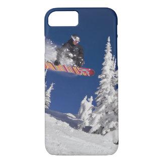 Capa iPhone 8/7 Ação da snowboarding no resort de montanha do