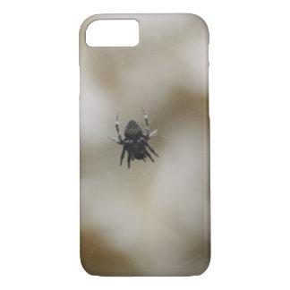 Capa iPhone 8/7 Aranha preta pequena que senta-se em uma Web