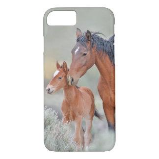 Capa iPhone 8/7 Égua selvagem do mustang com seu potro em Nevada
