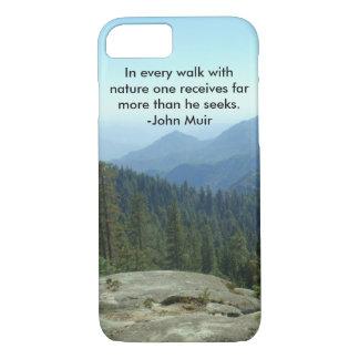 Capa iPhone 8/7 Em cada caminhada com natureza… - John Muir