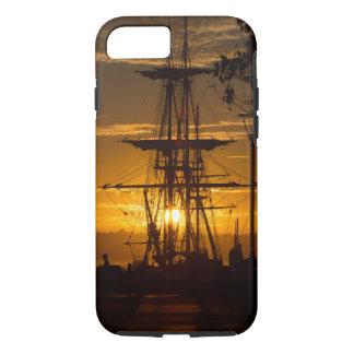 Capa iPhone 8/7 Navio de navigação alto equipado no por do sol