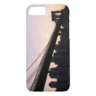 Capa iPhone 8/7 Ponte de Brooklyn e skyline de Manhattan na noite