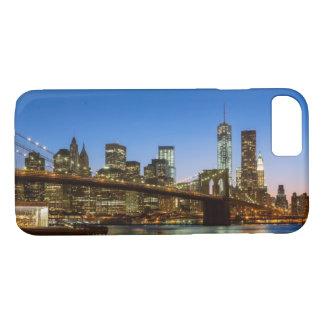Capa iPhone 8/7 Ponte de Manhattan e de Brooklyn no crepúsculo