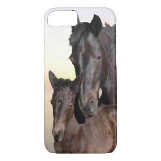 Capa iPhone 8/7 Uma égua e seu potro do bebê