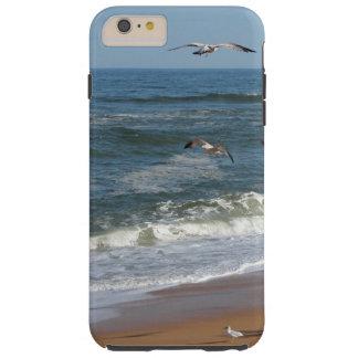 Capa Tough Para iPhone 6 Plus Gaivotas que sobem sobre as ondas que rolam em uma