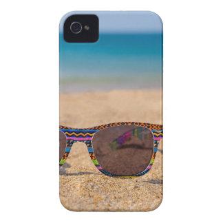 Capinha iPhone 4 Óculos de sol coloridos que encontram-se em