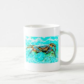 Caranguejo com fundo da cerceta caneca de café