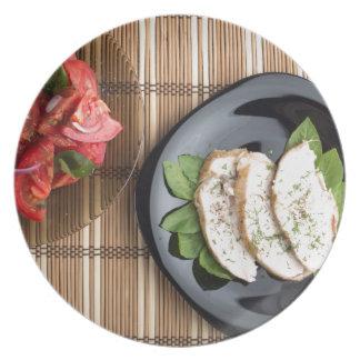 Carne de Сhicken decorada com salada da manjericão Prato De Festa