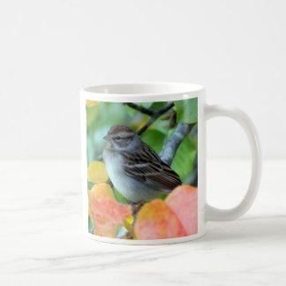 Carriça nas folhas caneca de café