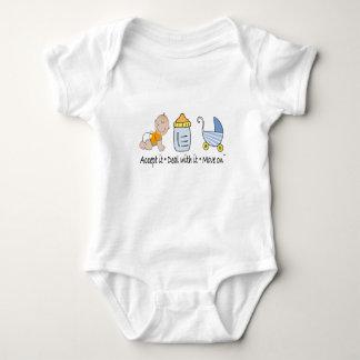 Carrinho da garrafa de bebê tshirt
