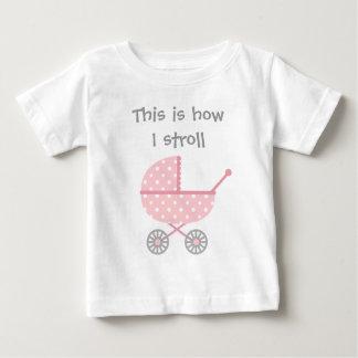 Carrinho de criança de bebê engraçado para a camiseta