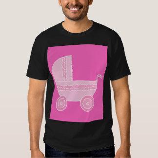 Carrinho de criança de bebê. Rosa cor-de-rosa e Tshirt
