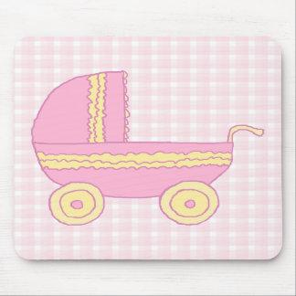 Carrinho de criança de bebê. Rosa e amarelo na ver Mousepad