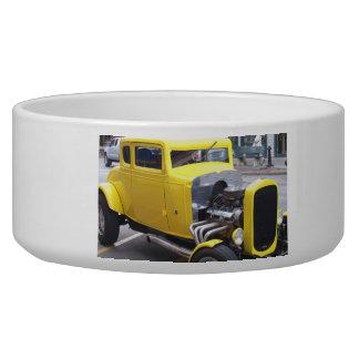 Carro amarelo clássico tijela para água para cachorros
