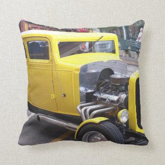 Carro amarelo clássico travesseiro