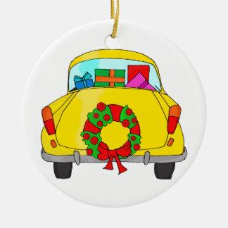 Carro amarelo com grinalda do Natal Ornamento De Cerâmica Redondo