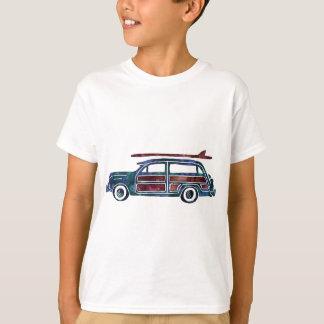 Carro arborizado da carrinha do vintage com t-shirt
