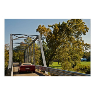 Carro de esportes em uma ponte poster