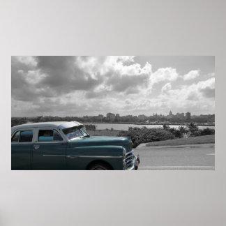 Carro velho que passa perto em Havana Posters