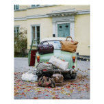 Carro vintage com lotes da bagagem poster