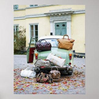 Carro vintage com lotes da bagagem pôsteres