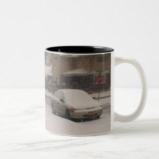 carros na neve do inverno caneca