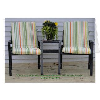 Cartão 11:28 de Matthew, cadeiras do pátio