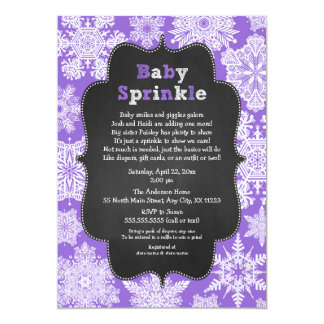 Cartão A menina que roxa o bebê polvilha o inverno do