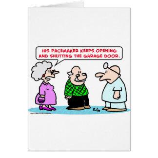 Cartão aberto da porta da garagem do pacemaker fechado