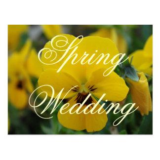 Cartão amarelos do anúncio do casamento do