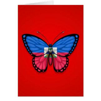 Cartão Bandeira haitiana da borboleta no vermelho